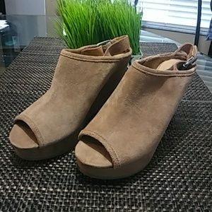 Lucky Brand Tan Suede Open Toe Wedges.